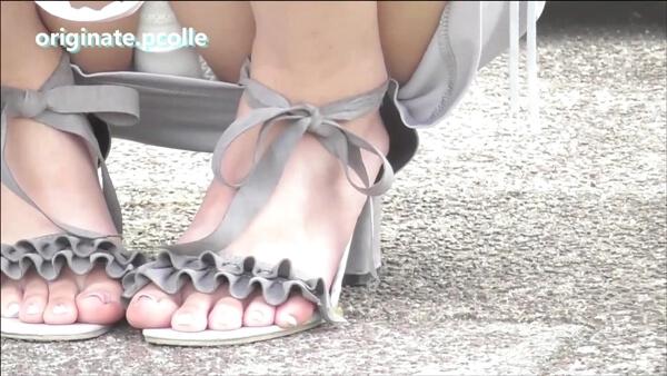 ミニスカ純白パンツ女子の足のネイル