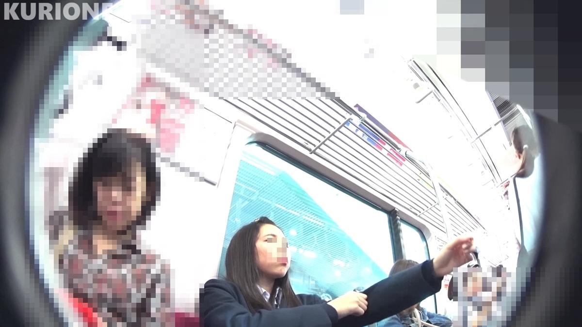 電車の座席に座っている制服JKを隠し撮り