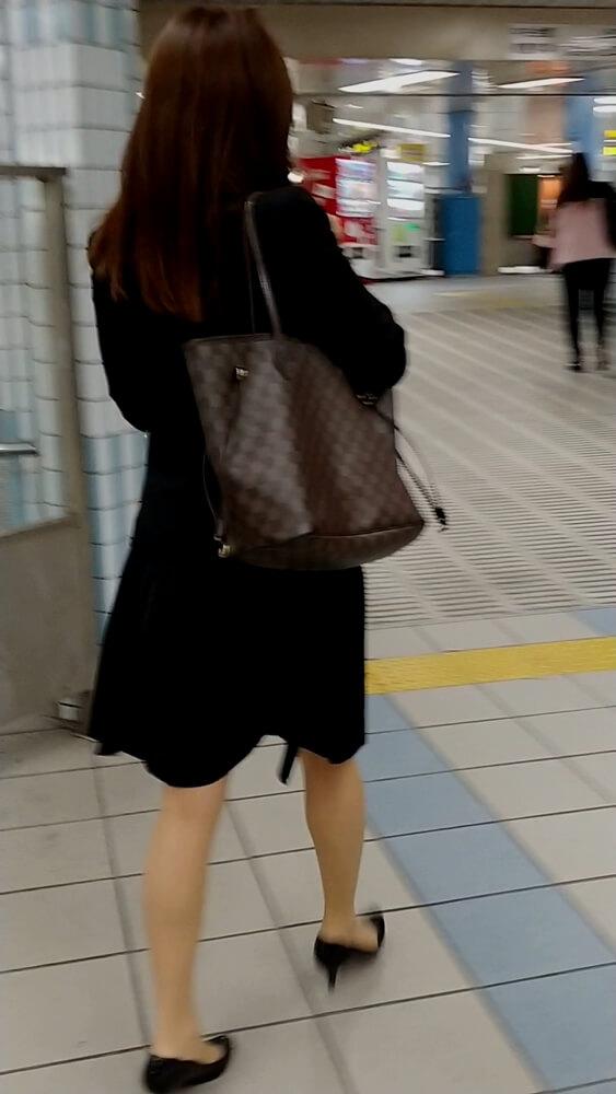 駅構内を歩くOLの後ろ姿を隠し撮り