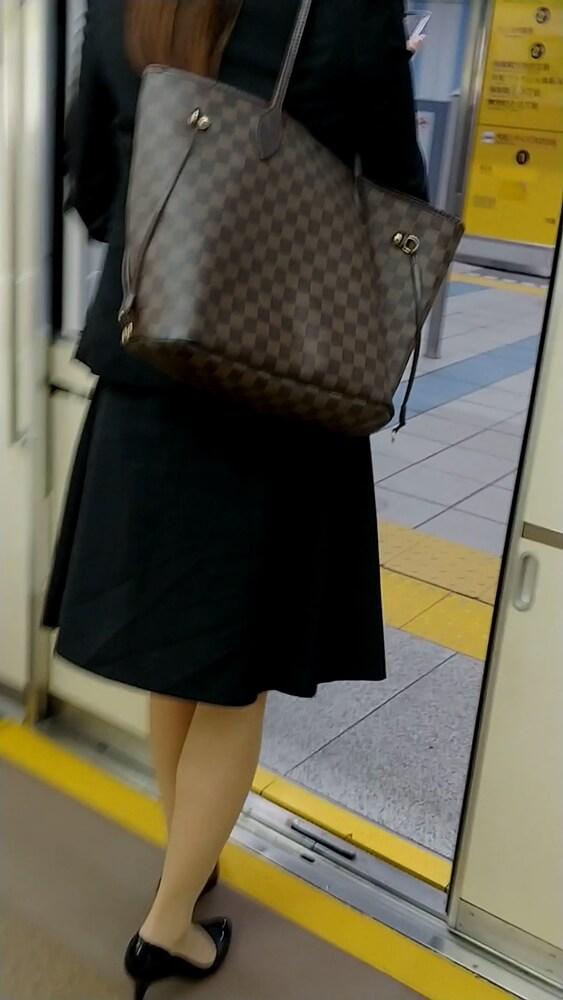 電車を降りるOLを後ろから盗撮