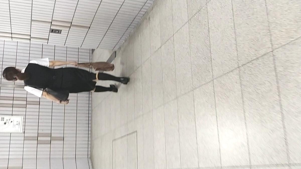 駅構内を歩く事務系OL