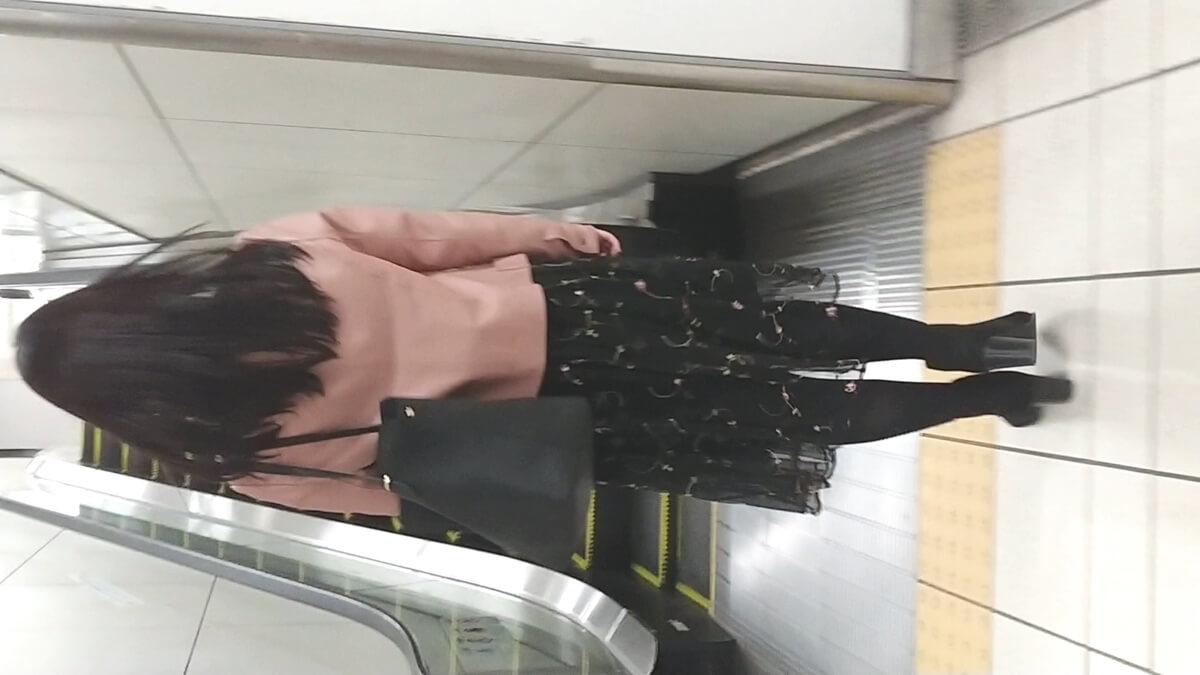 黒色タイツを履いた女性の後ろ姿