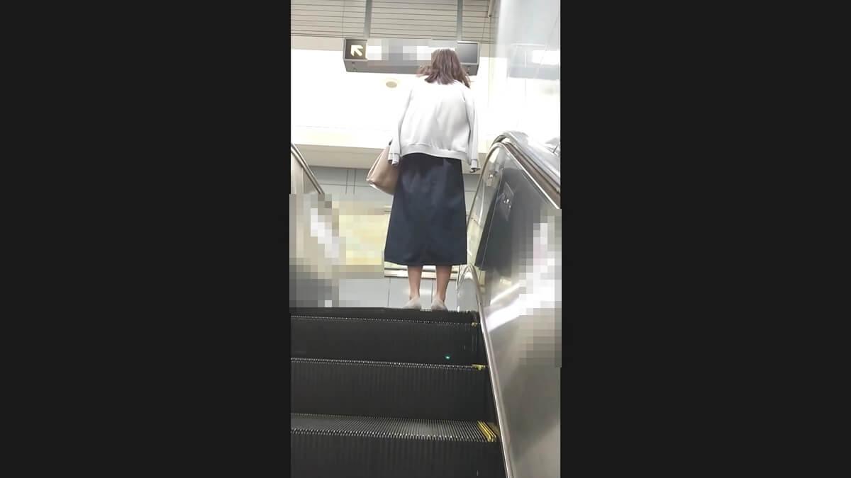 ロングスカートを履いた盗撮のターゲット女性