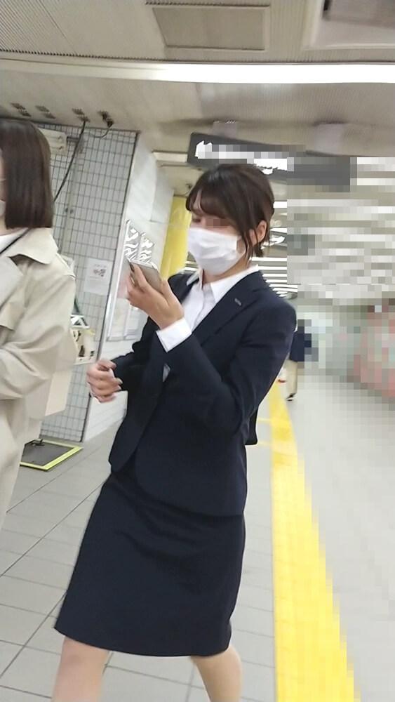 紺色のスーツを着た可愛いOL
