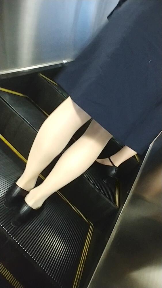 可愛いOLの美味しそうなパンスト脚