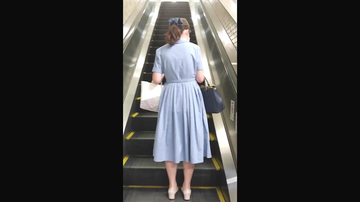 ブルーのワンピースを着た清楚な女性を後ろから隠し撮り