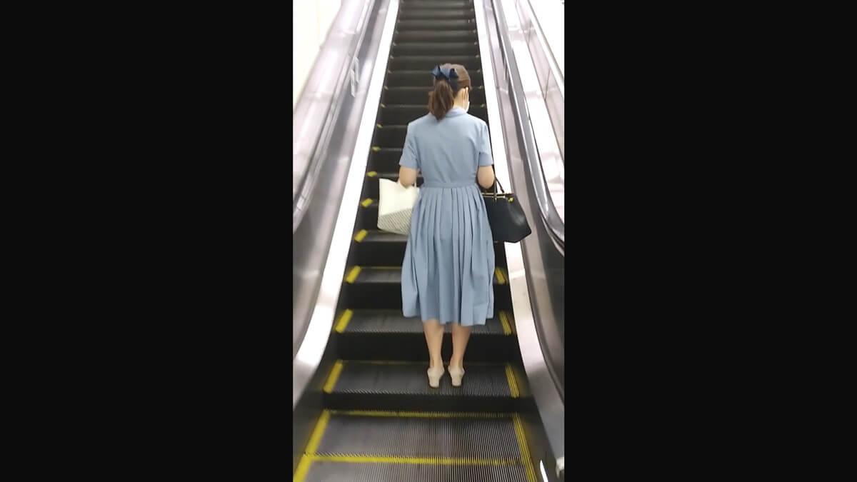 エスカレーターに乗る女性を背後から隠し撮り