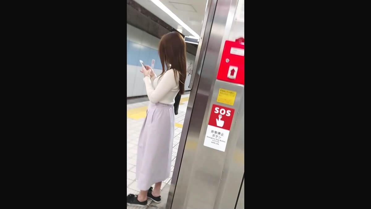 ロングスカートを履いた髪の長い女性