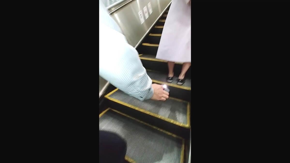 横入りして女性を逆さ撮り盗撮する他の撮り師