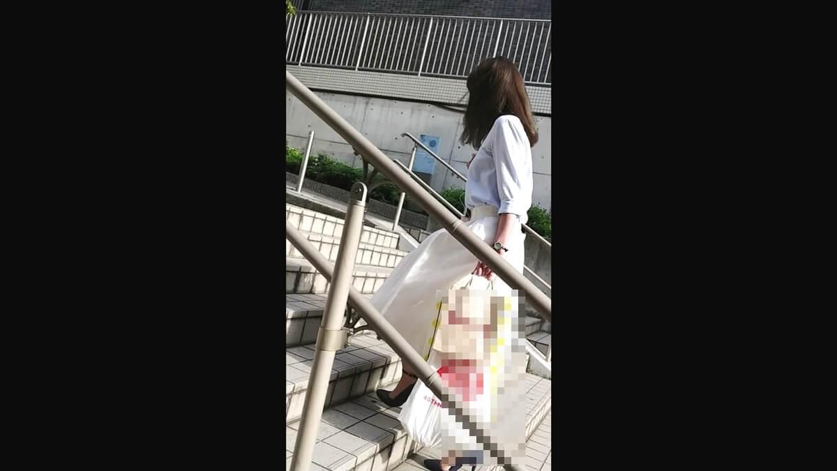 買い物袋をたくさん持ったキレイめなお姉さん