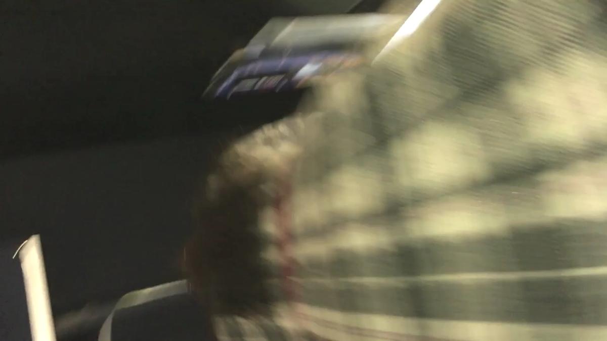 紫色のタイツ女子のスカートにカメラを入れる直前
