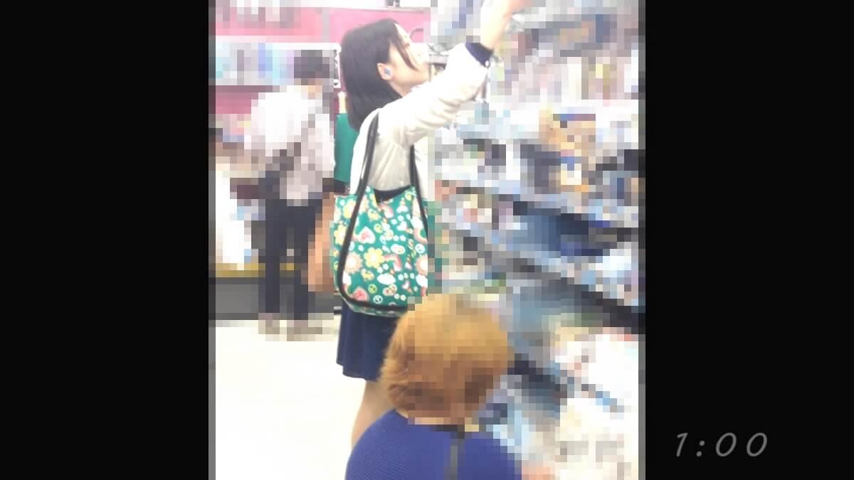 買い物中の美人さん