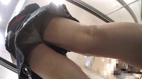 エスカレーターの下りで白いパンツを逆さ撮り盗撮