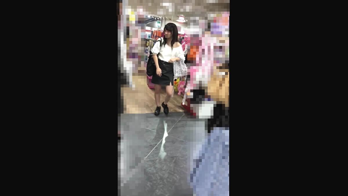 買い物中の個性的な美人