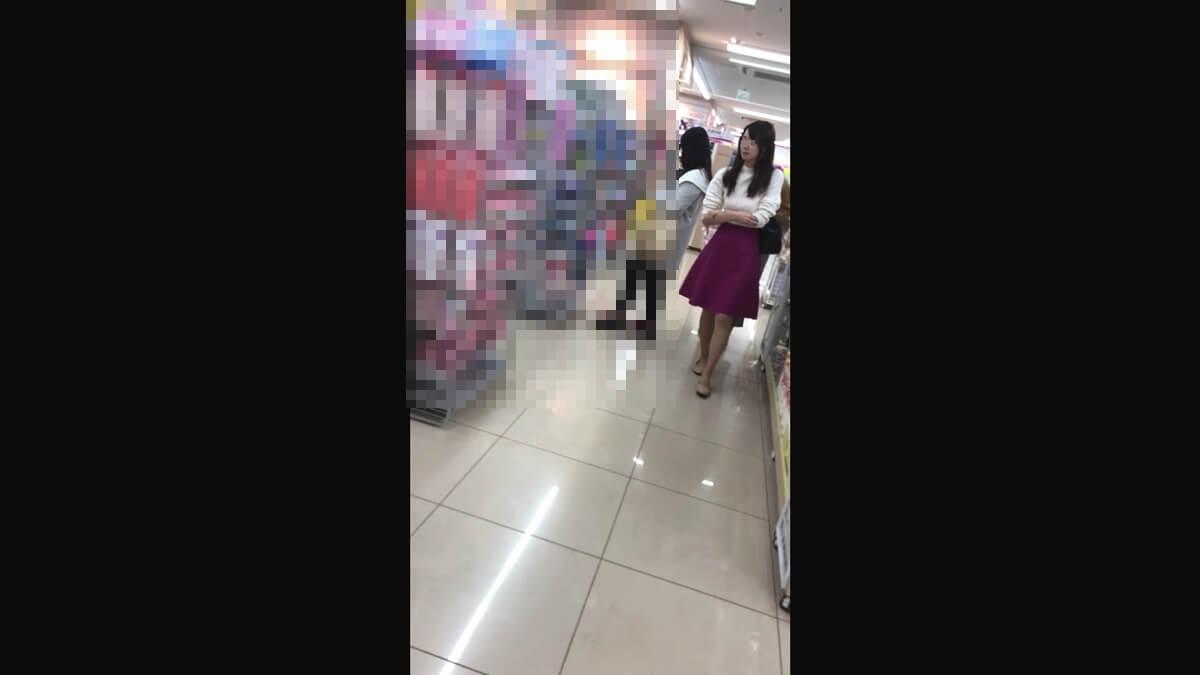 鮮やかな紫色のスカートを履いた女性