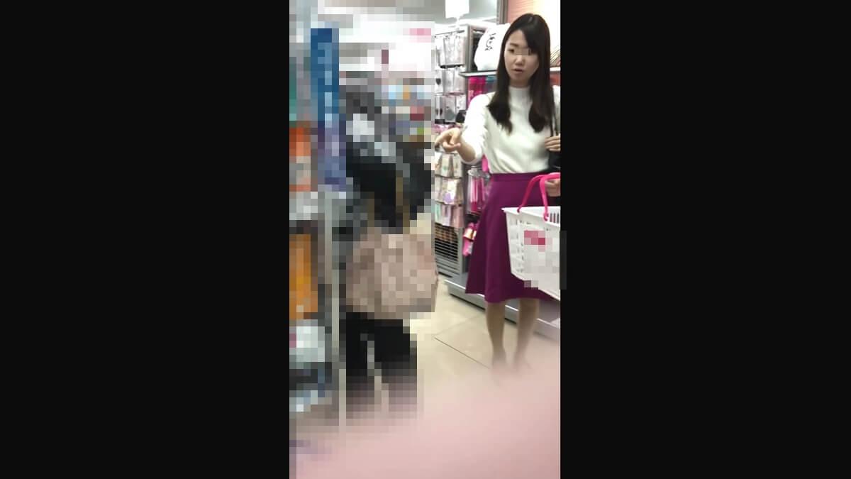 鮮やかな紫色のスカートを履いた女性の顔を隠し撮り