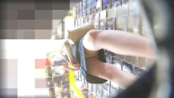 女性の前を通る時に下アングルから逆さ撮りパンチラ