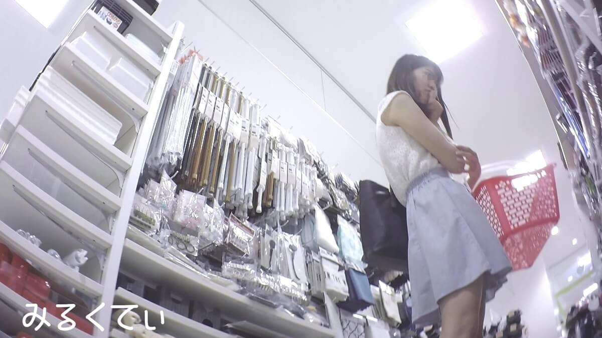 買い物中の清楚な女性