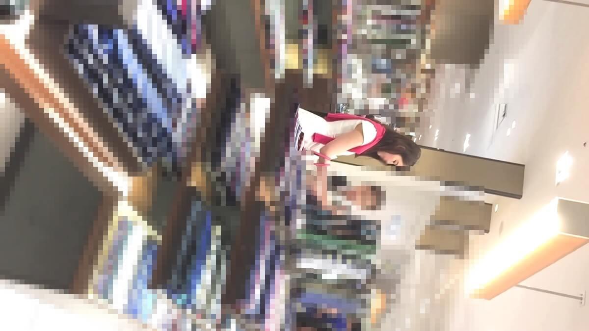ネクタイを買うフェロモン満開な女性