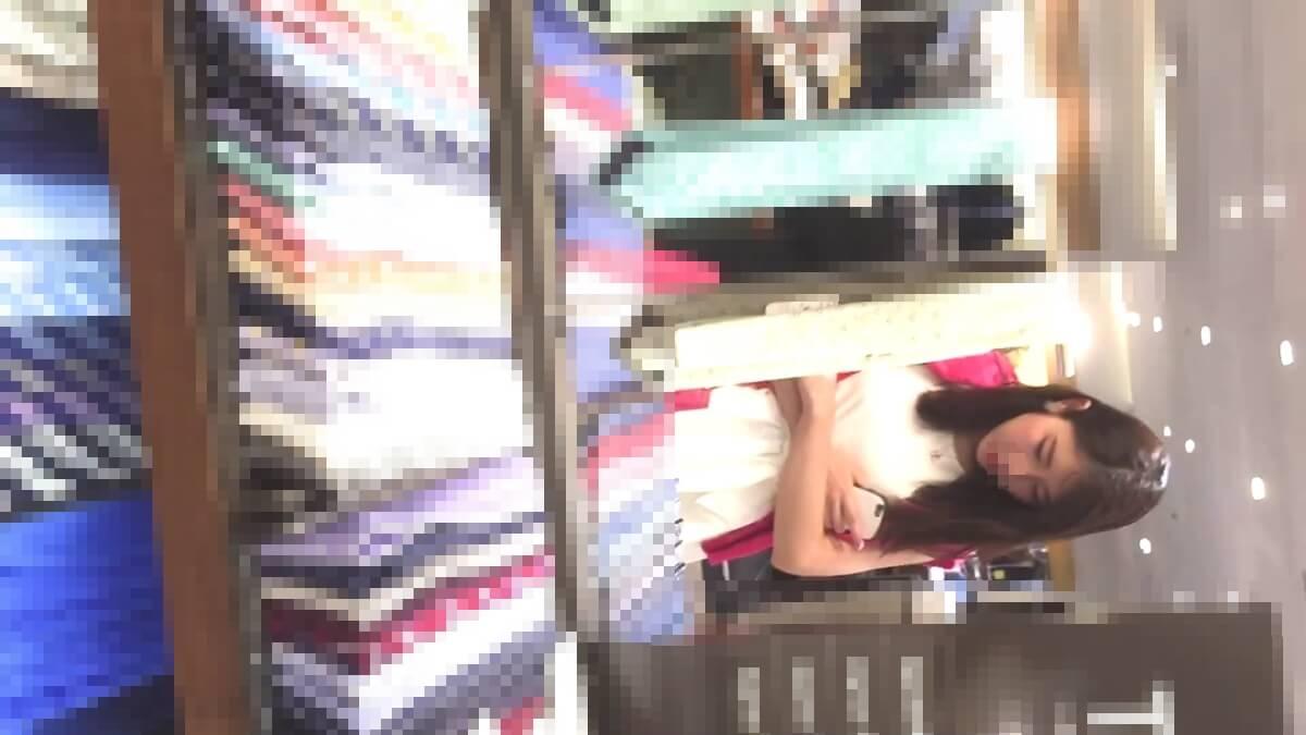 スマホカバーの色は白い買い物中の女性