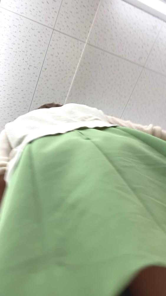 ママのスカートに接近する怪盗1412さんの盗撮カメラ