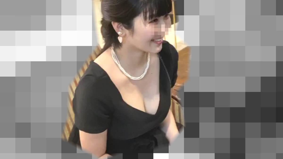 ドレスを着た巨乳女性