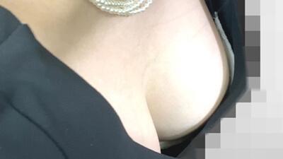乳首のようなものを映される女性