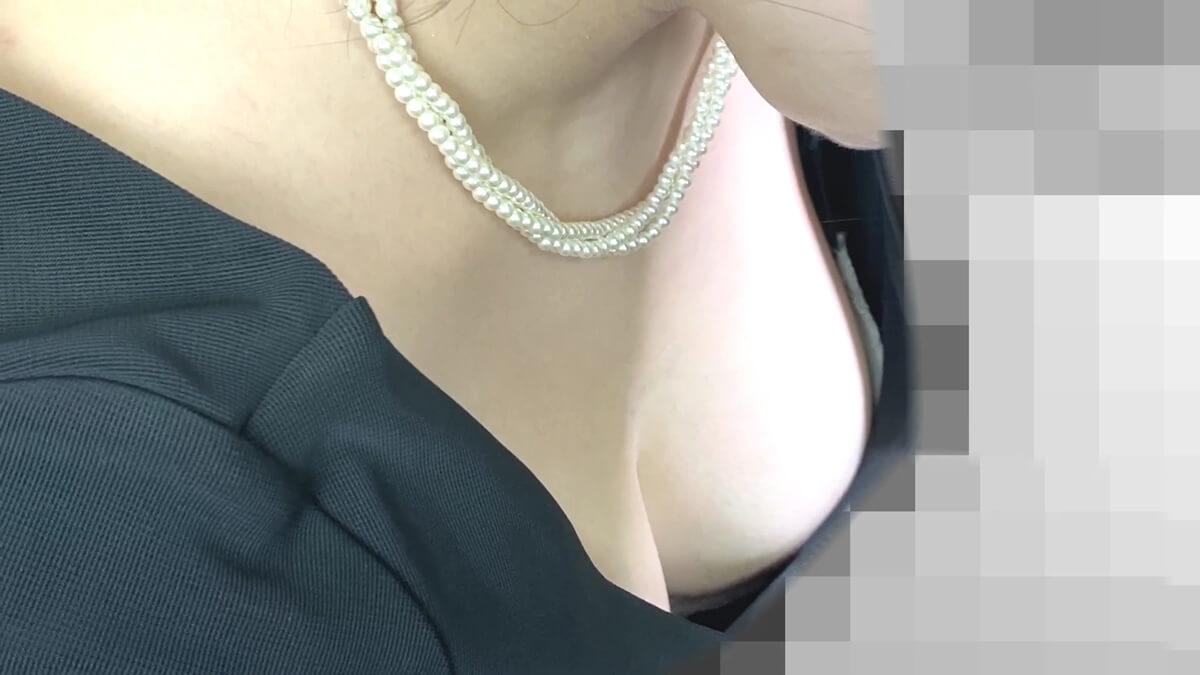 おっぱいを強調するドレス姿の女性