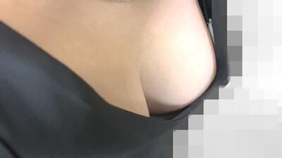 ドレスの隙間から下着が見えてる女性
