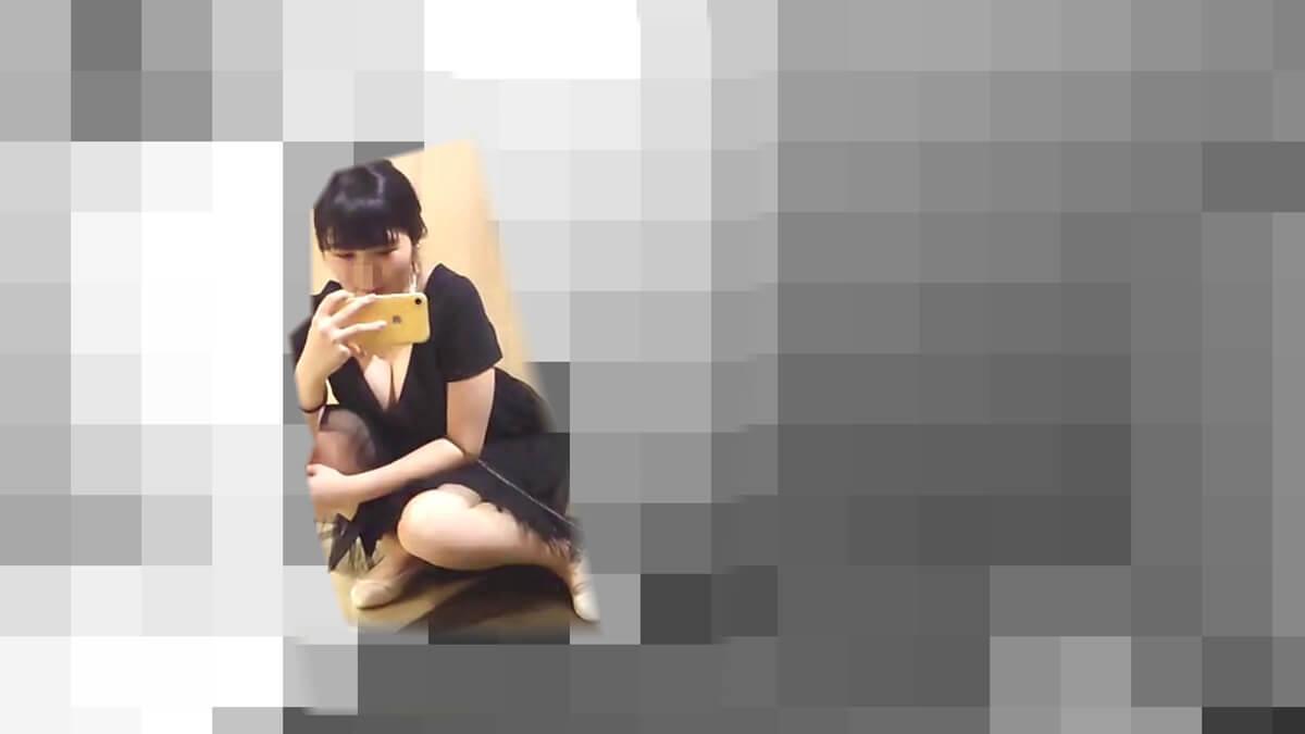 スマホで写真を撮るのに無防備に座る女性