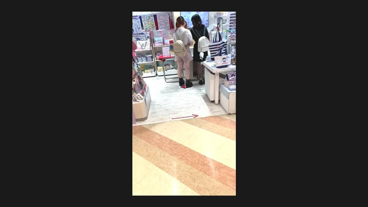レジで会計中の女性二人組