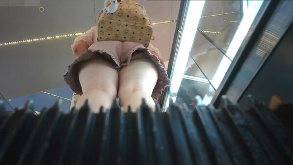 ピンクの服の女の子をエスカレーターで逆さ撮り