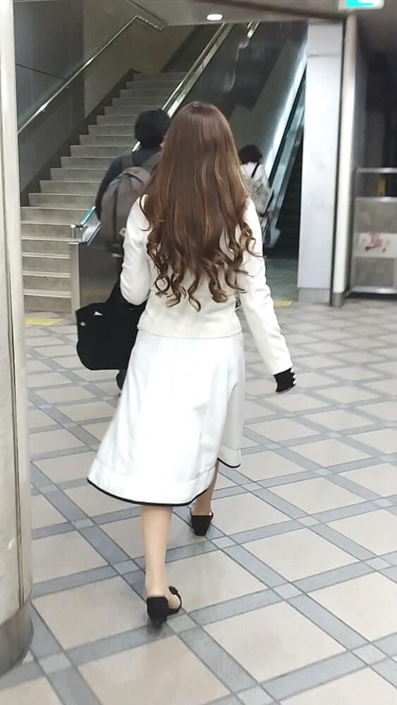 綺麗な巻き髪の女性の後ろ姿