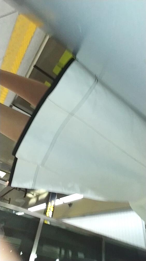 駅のホームで女性のスカートを隠し撮り