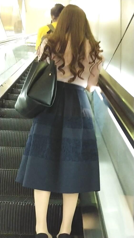 エスカレーターで女性の背後から隠し撮り