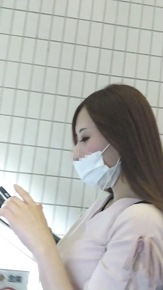 巻き髪女性の横顔を隠し撮り