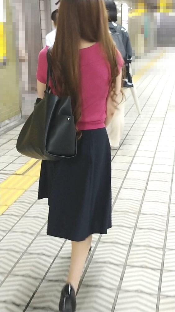 巻き髪女性の後ろ姿を隠し撮り