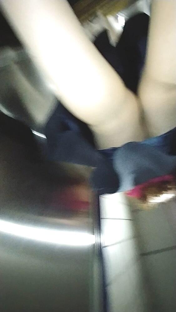 巻き髪女性のスカートにうにさんのスマホカメラが忍び寄る