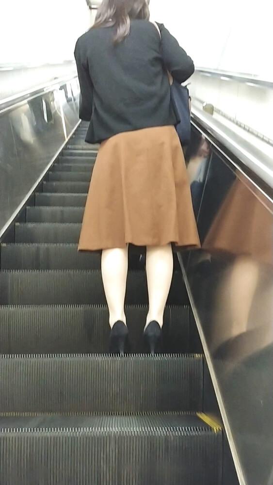 エスカレーター上で女性の後ろ姿を隠し撮り