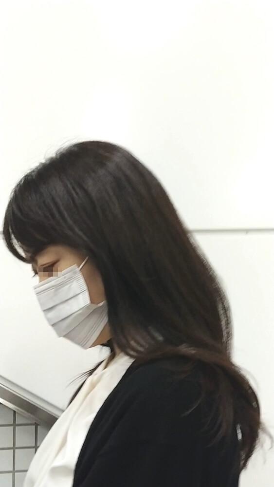 パンツを逆さ撮りされた女性の横顔