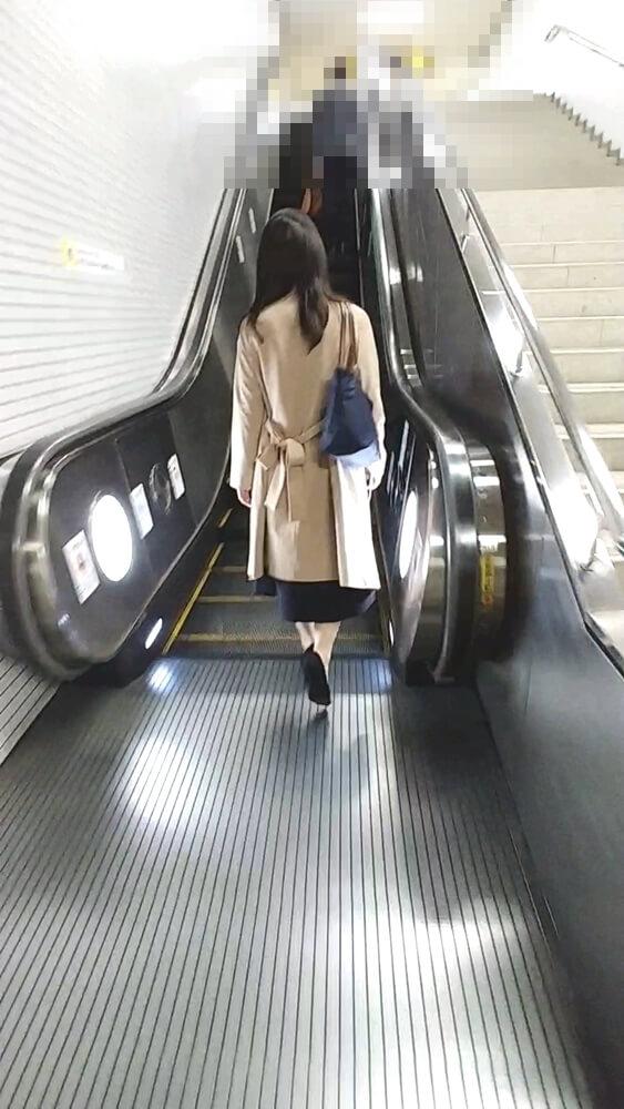 トレンチコートの女性を後ろから隠し撮り