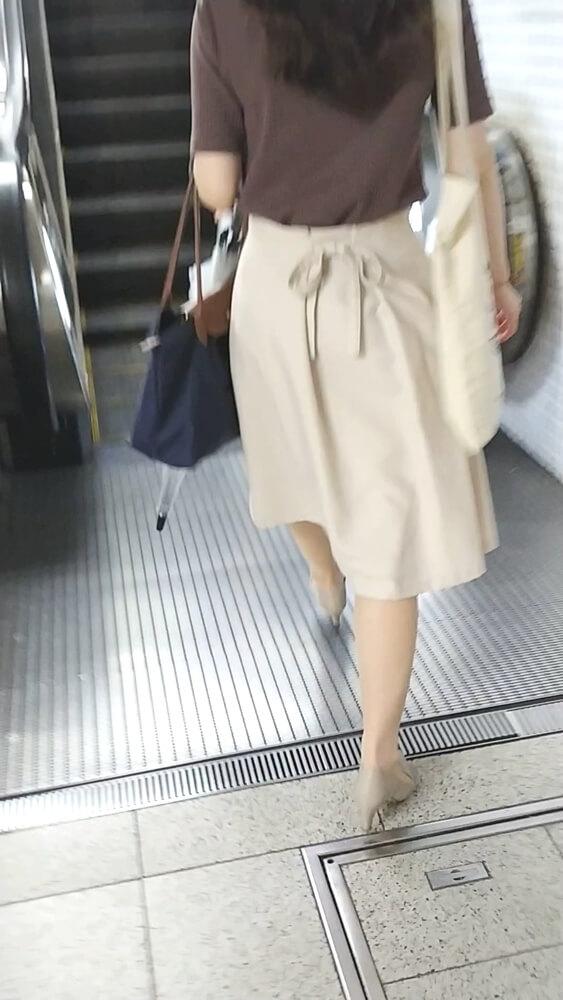 シックな装いの女性の後ろ姿を隠し撮り