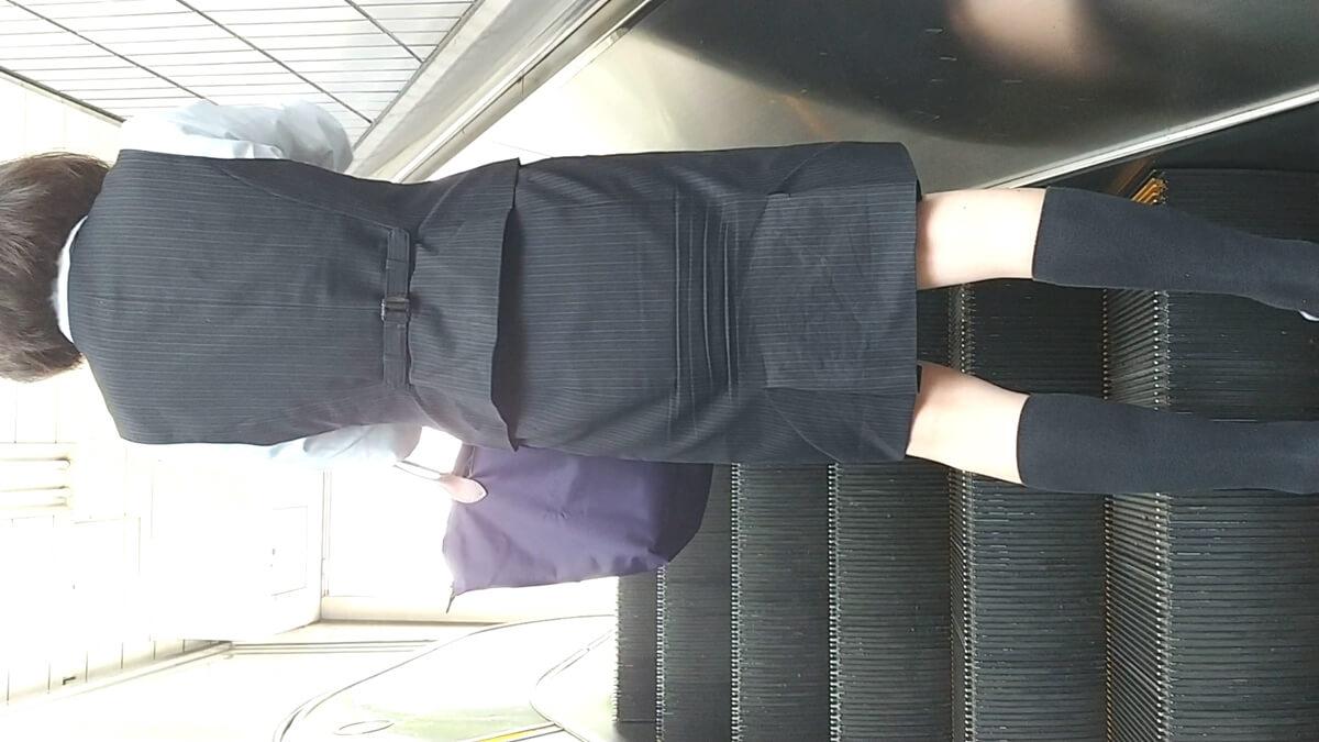 ハイソックスを履いた制服OLの後ろ姿