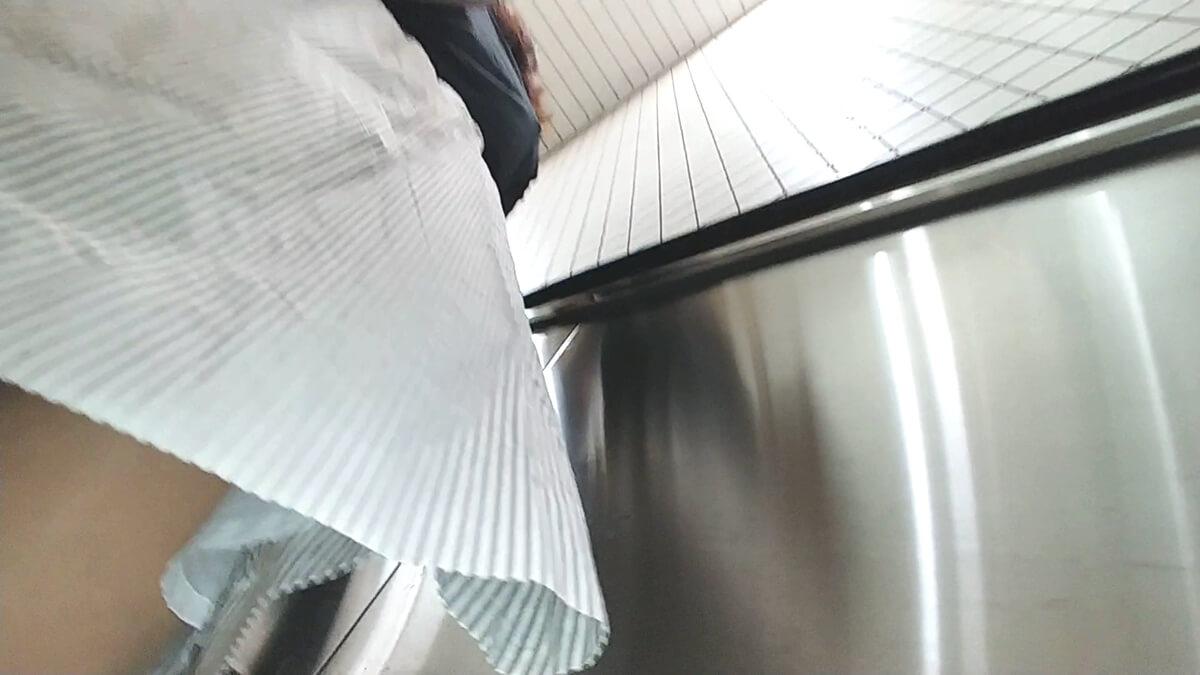 ロングスカートの女性のスカートにうにさんの盗撮カメラが近づく