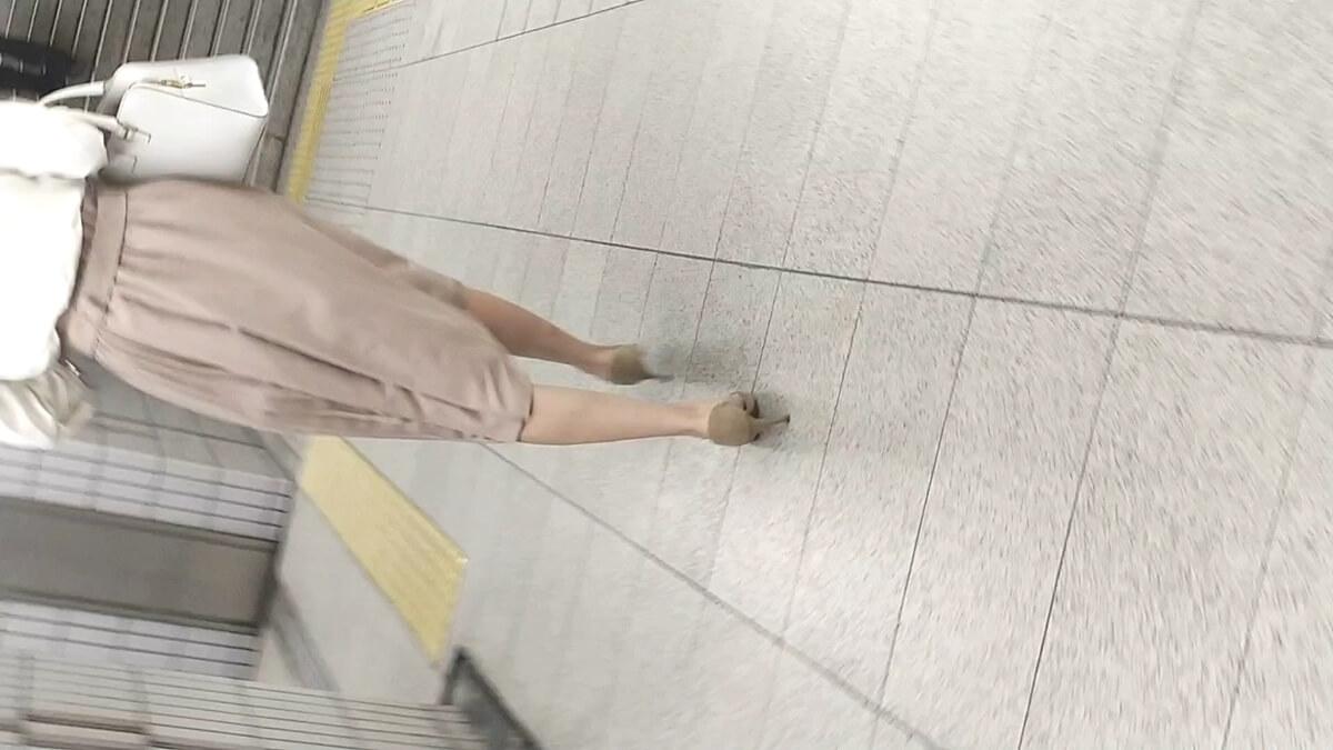 カツカツとカッコよく歩く女性