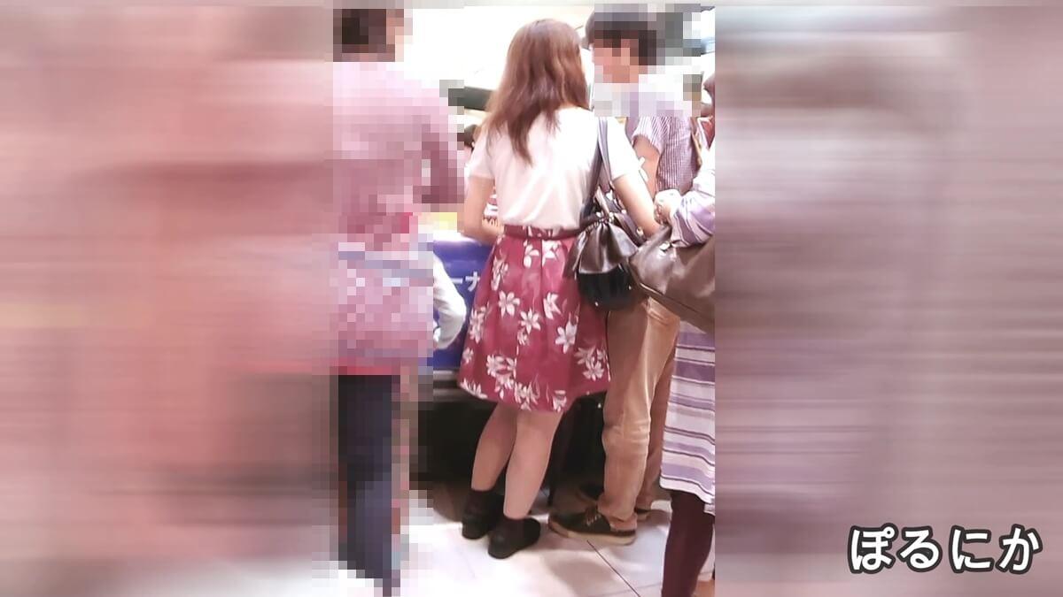 物産展で男性と試食中の女性の後ろ姿を隠し撮り