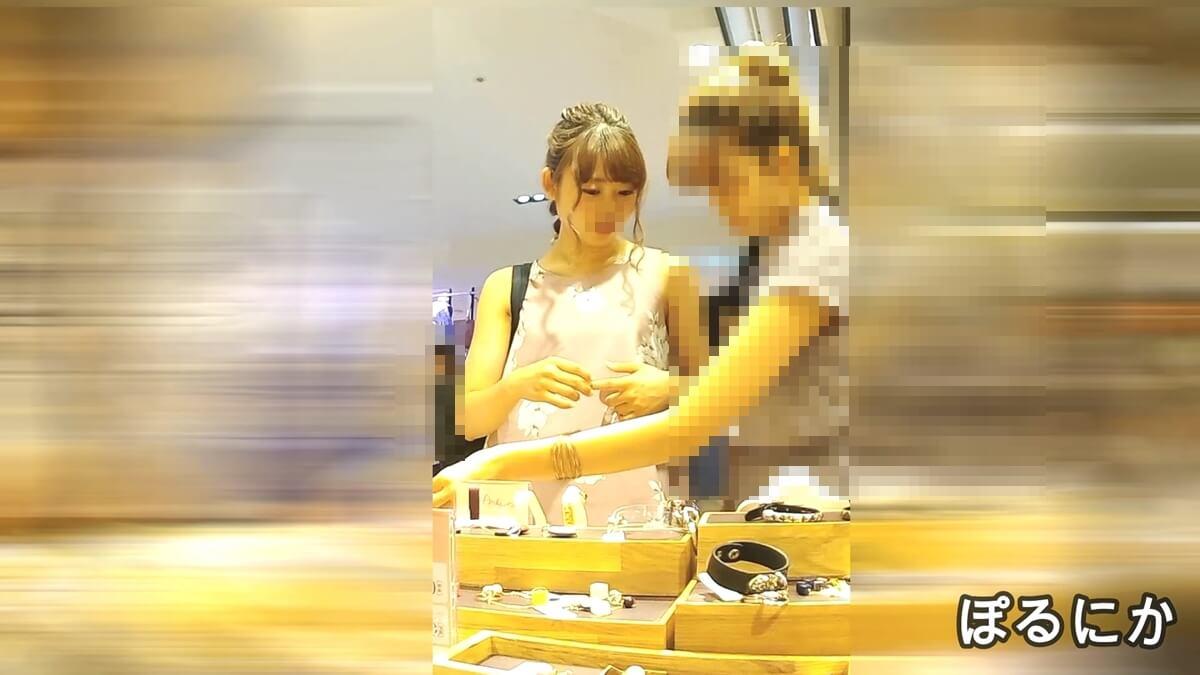 友達とショッピング中の女性を隠し撮り