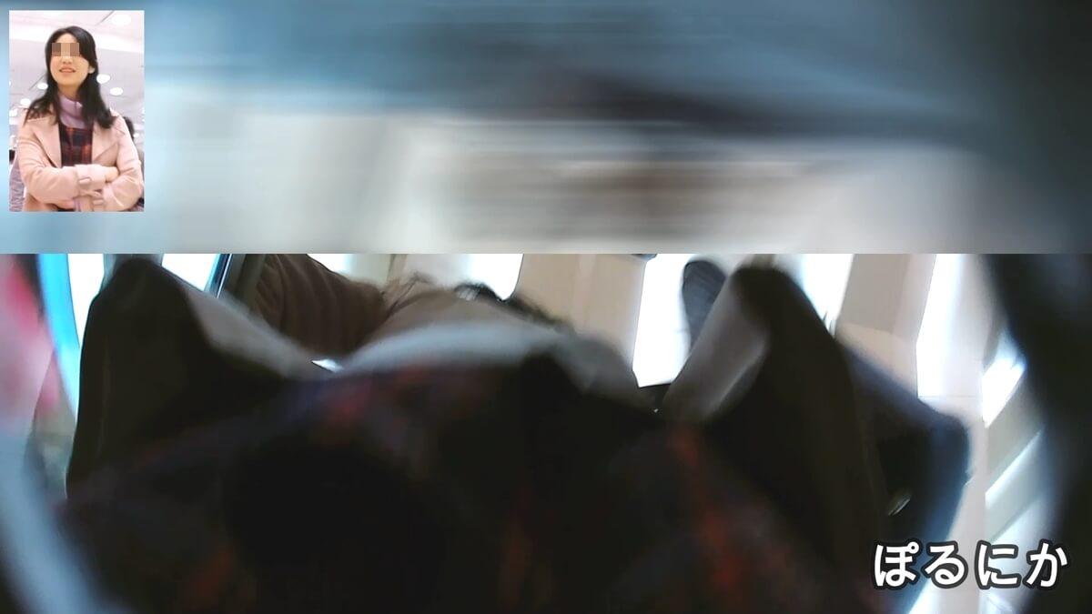古風美人な女性のスカートの下に盗撮カメラを突っ込む