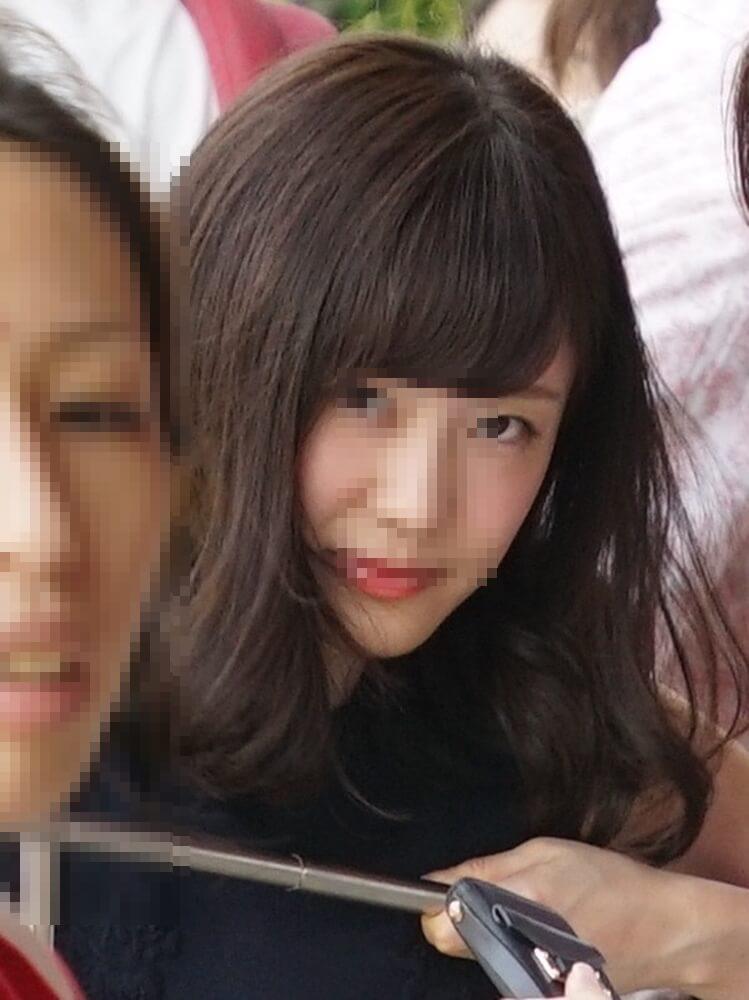 カメラ目線で小悪魔的な表情をする可愛い女性