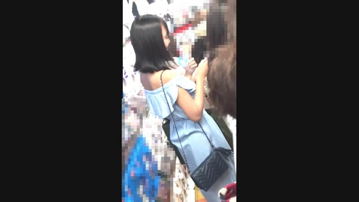 肩出しワンピースを着たセクシーな女の子